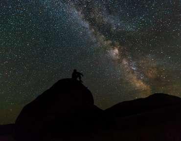 Al mirar las estrellas, ¿qué observamos?